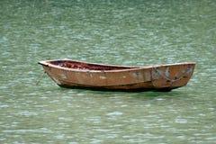 Barco viejo en un mar Fotografía de archivo libre de regalías
