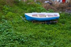 Barco viejo en una hierba, barco viejo abandonado en el campo Imagen de archivo libre de regalías