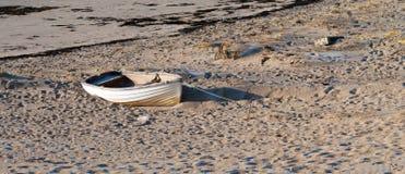 Barco viejo en una orilla Imagenes de archivo
