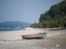 Barco viejo en una orilla de mar abandonada en un d?a de verano soleado foto de archivo libre de regalías
