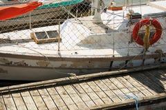 Barco viejo, lamentable   Foto de archivo