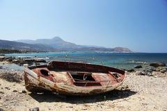 Barco viejo. Viejo barco a orillas del mediterraneo en Grecia stock images