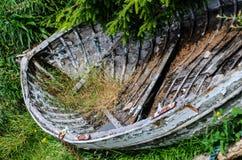 Barco viejo y dañado de los pescados en orilla Foto de archivo libre de regalías