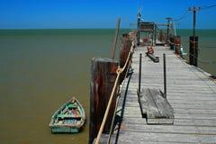 Barco viejo y embarcadero histórico Imágenes de archivo libres de regalías