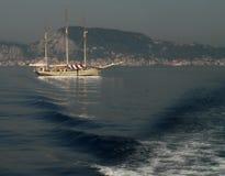 Barco y acantilado en la isla de Zakynthos Grecia Imagen de archivo libre de regalías