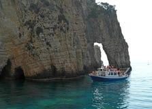 Barco y acantilado en la isla de Zakynthos Grecia Foto de archivo libre de regalías