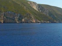 Barco y acantilado en la isla de Zakynthos Grecia Imágenes de archivo libres de regalías