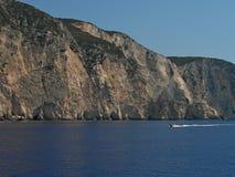 Barco y acantilado en la isla de Zakynthos Grecia Fotografía de archivo libre de regalías
