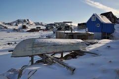 Barco y aldea en invierno, Groenlandia Fotografía de archivo libre de regalías