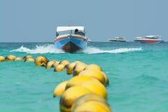Barco y boyas de la velocidad Foto de archivo