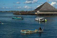 Barco y casa en la ciudad de Semporna fotos de archivo