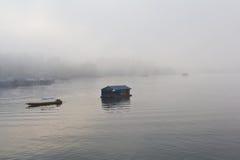 Barco y casa flotante en la niebla Fotos de archivo libres de regalías