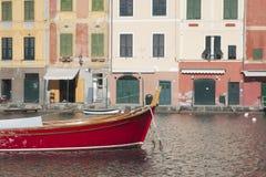 Barco y casas rojos de Portofino Imagen de archivo