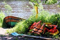Barco y chalecos salvavidas Fotos de archivo
