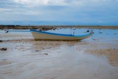 Barco y cielo de mar Fotos de archivo libres de regalías