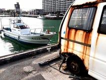 Barco y coche viejo Fotos de archivo