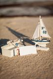 Barco y concha marina de navegación en primer de la decoración de la arena Imagen de archivo