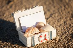 Barco y concha marina de navegación en primer de la decoración de la arena Foto de archivo