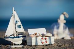 Barco y concha marina de navegación en primer de la decoración de la arena Imágenes de archivo libres de regalías