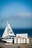 Barco y concha marina de navegación en primer de la decoración de la arena Imagenes de archivo
