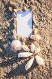 Barco y concha marina de navegación en primer de la decoración de la arena Foto de archivo libre de regalías