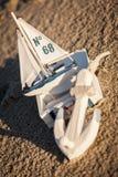 Barco y concha marina de navegación en primer de la decoración de la arena Fotografía de archivo