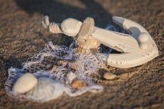 Barco y concha marina de navegación en primer de la decoración de la arena Fotografía de archivo libre de regalías