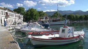Barco y barco de cruceros de pesca en el puerto Limenas, ciudad de Thassos, Grecia metrajes