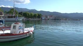 Barco y barco de cruceros de pesca en el puerto Limenas, ciudad de Thassos, Grecia almacen de video