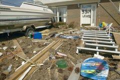Barco y escombros delante de la casa Imagen de archivo