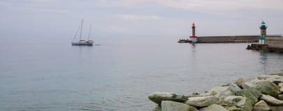 Barco y faros en el puerto de Bastia fotografía de archivo