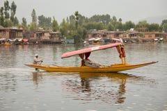 Barco y gente india en el lago Dal Srinagar, la India Imagen de archivo