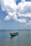 Barco y la nube en el mar claro Imagen de archivo
