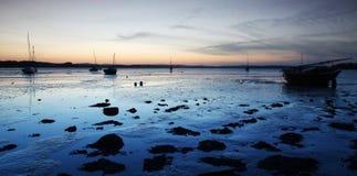 Barco y la reflexión azul Imagen de archivo