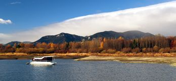 Barco y lago imagen de archivo