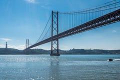 Barco y los 25 de Abril Bridge Lisboa, Portugal Imagenes de archivo