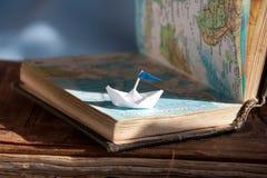 Barco y mapa de navegación. Foto de archivo libre de regalías