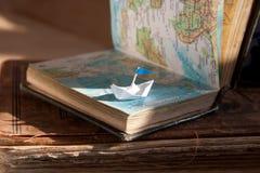 Barco y mapa de navegación. Foto de archivo