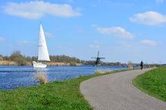 Barco y molino de viento de navegación Fotografía de archivo