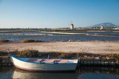 Barco y molinoes de viento del remo en un paisaje marino relajante Fotografía de archivo