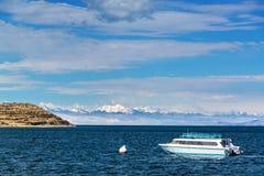 Barco y montañas de los Andes Imagen de archivo libre de regalías