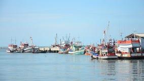 Barco y nave de pesca que flotan en el mar para la pesca que espera en noche almacen de video