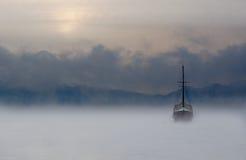 Barco y niebla Imágenes de archivo libres de regalías