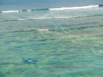 Barco y personas que practica surf en las ondas imagenes de archivo