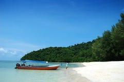 Barco y playa hermosa Imagenes de archivo