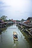 Barco y pueblo tradicional del canal en Tailandia Foto de archivo