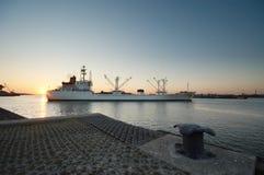 Barco y puesta del sol fotografía de archivo