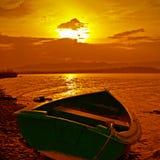 Barco y puesta del sol del color fotos de archivo libres de regalías