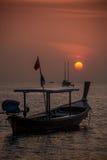 Barco y puesta del sol Phangnga de la cola larga. Koh Lipe Tropical Island.  Fotografía de archivo