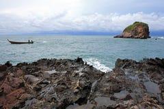 Barco y rocas de pesca de Ko Lanta, Tailandia Fotos de archivo libres de regalías